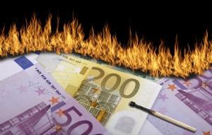 Geldvernichtung_Geldverschwendung_Burning_Money_Geldverbrennung_Verschwendung_Bund_der_Steuerzahler_Steuergelder_Kapitalismus_capitalism_Eurokrise_Bankster_by_Q.pictures_pixelio.de_